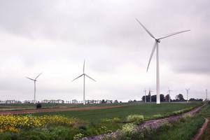Farma wiatrowa: zyski gminy, protesty mieszkańców
