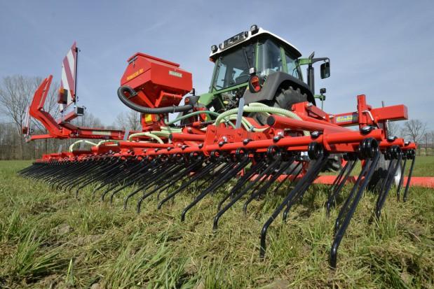 Włókowanie, wałowanie, spulchnianie i podsiew - czym zadbać o łąkę wiosną?