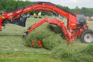 Kuhn MergeMaxx 900 w Osięcinach zgrabia lucernę z 400 ha