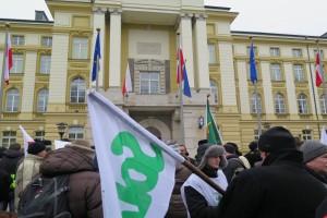 Premier spotkała się z protestującymi w zielonym miasteczku