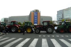 Ciągniki zablokowały dzielnicę UE w Brukseli (zdjęcia)