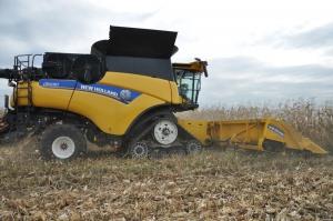 Rekordzista zbiorów - New Holland CR 10.90, młóci kukurydzę