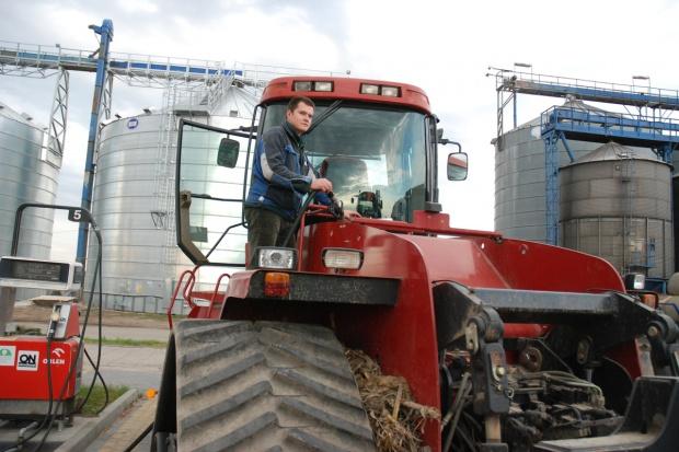 Rekordowo niskie ceny oleju napędowego - rolnicy kupują na zapas
