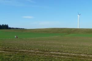 Projekt PiS: Minimalna odległość wiatraków od mieszkań - 10 razy wysokość wiatraka