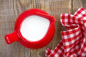 W kwietniu znów spadła cena mleka