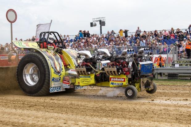 Giganci mocy, czyli tractor pulling w Niepruszewie