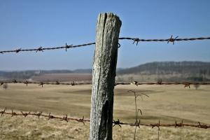 Czy wolno grodzić pastwiska drutem kolczastym?