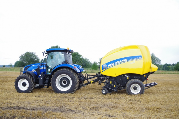 Żniwa według New Holland – CX8.85 i prasa Roll-Belt 180C