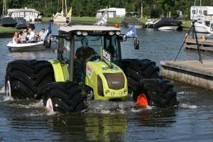 Traktor na gigantycznych oponach Mitasa płynął po wodzie