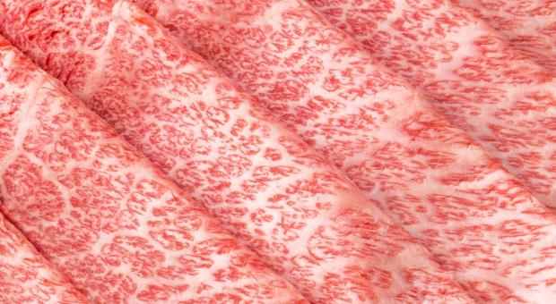 Japońska wołowina z widoczną charakterystyczną marmurkowatością
