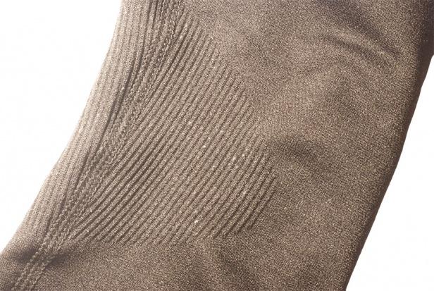 W miejscach stawów producent zastosował wstawki z bardziej elastycznego materiału