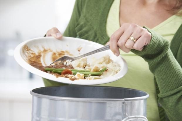 Rocznie do kosza w UE trafia żywność warta 143 mld euro
