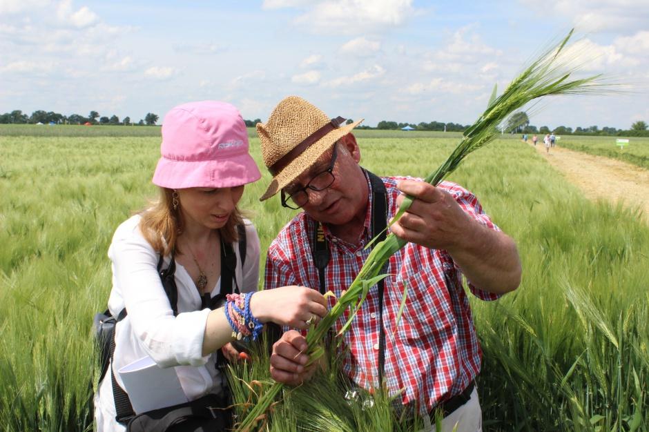 Wojciech Konieczny z Katarzyną Szulc podczas lustracji pola