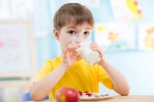 """Jurgiel: Resort przygotowuje nowy program """"mleko, owoce i warzywa"""" w szkole"""