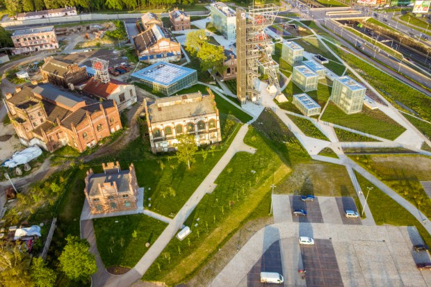 Na dachu Wydziału Prawa Uniwersytetu Śląskiego powstaje miejska pasieka