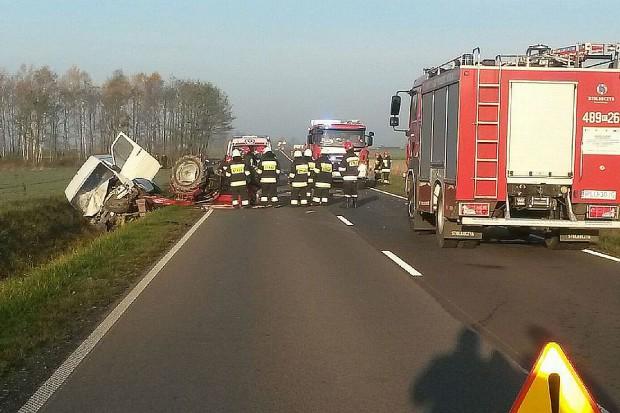 Trzy osoby ranne po zderzeniu busa z ciągnikiem rolniczym