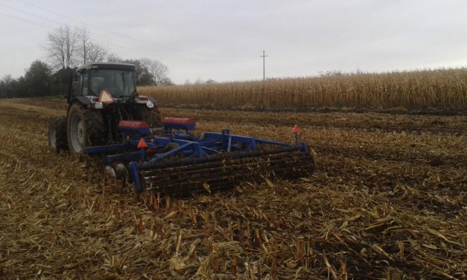 """Rankiem tegoż samego dnia rolnicy w oczekiwaniu na poprawę pogody uprawili jeden z mniejszym """"kawałków"""". Brona talerzowa na polu bez mulczerowania."""