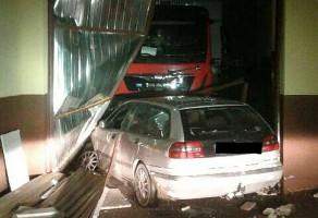 Pijany kierowca wjechał w remizę strażacką