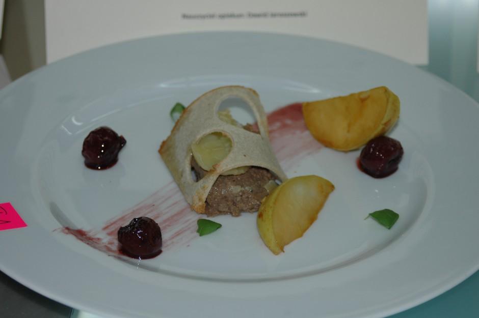 Pâté z flambirowanej wątróbki z rozmarynowym masłem - przystawka przygotowana przez zwycięską drużynę z ZSCKU w Gronowie (fot. A. Kamińska