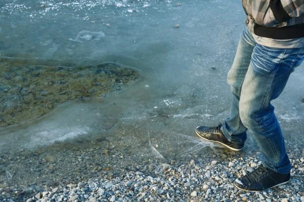 Jeziora zaczynają zamarzać - przed wchodzeniem na lód przestrzegają ratownicy