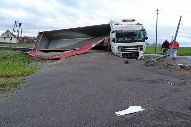 Ciężarówka w rowie, rzepak na drodze