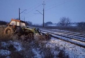 Zostawił traktor na torach. Wjechał w niego pociąg