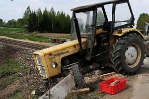 Traktorzysta staranował bariery na przejeździe kolejowym