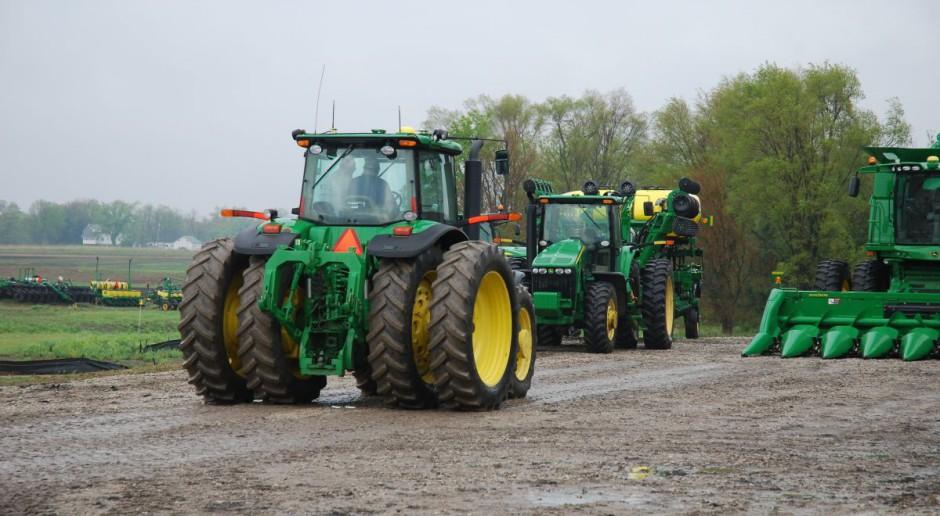 Co drugi ciągnik dużej mocy jest zielono-żółty