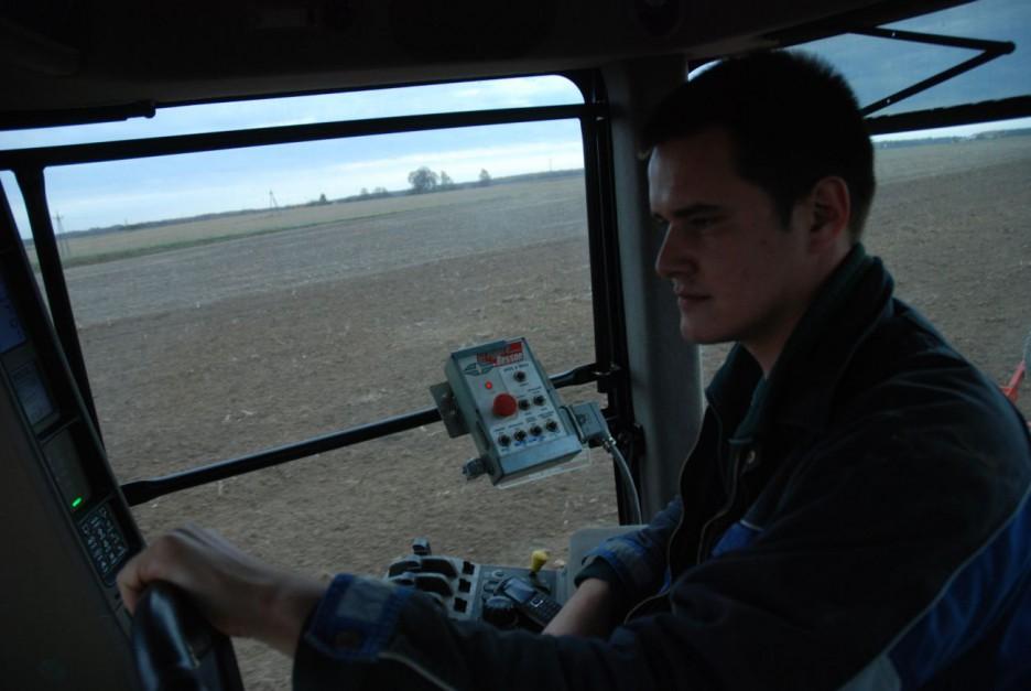 Według operatora ciągnika, prowadzenie pługa nie jest trudne, nawet przegubowcem. Jazda ciągnikiem odbywa się po caliźnie, fot. kh