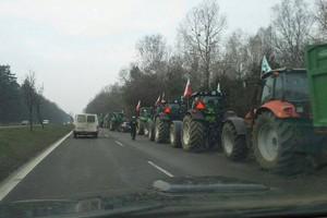 """""""Kup ziemię i zgiń""""; rolnicy zaostrzają protest"""