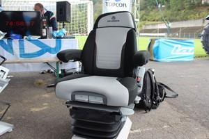 Komfortowy fotel Grammer Dualmotion dla maszyn klasy średniej