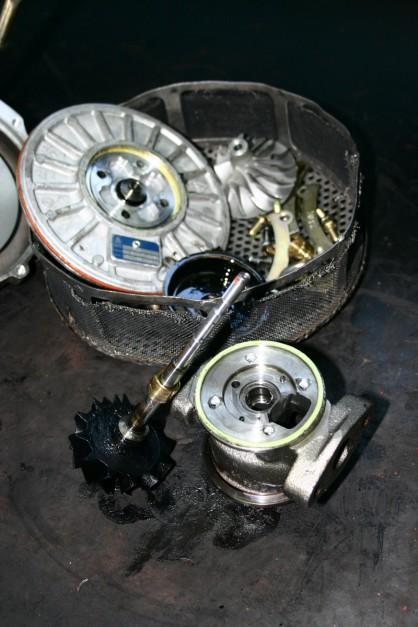 Nawet chwilowy brak filmu smarnego (np. po nagłym zatrzymaniu silnika po pracy na dużych obrotach) prowadzi do niemal natychmiastowego uszkodzenia powierzchni wirnika i łożysk ślizgowych
