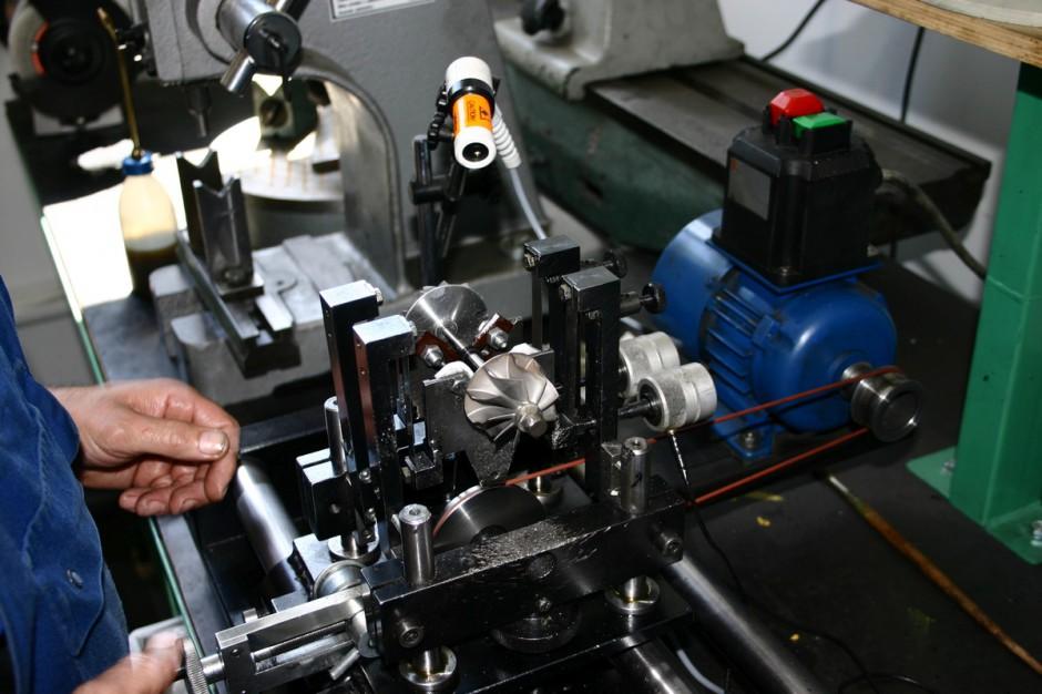 Jeden z głównych etapów naprawy turbosprężarki to wyważenie wirnika – obraca się on z prędkością ponad 200 tys. obr./min., fot. WD