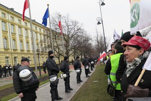 Grupa protestujących rolników spędziła noc przed kancelarią premiera