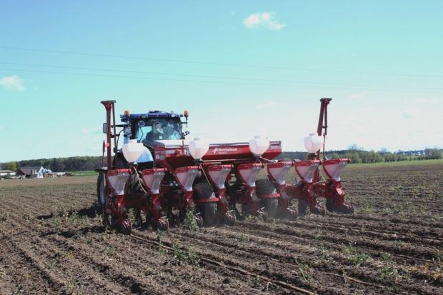 Pierwsze siewniki kukurydziane na polach