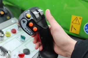 Wielofunkcyjna dźwignia sterowania daje bardzo dobry komfort pracy wysięgnikiem i może służyć również do zmiany kierunku jazdy, fot. K.Hołownia
