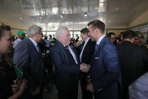 Prezydent Lech Wałęsa w rozmowie z prezesem Ursusa Karolem Zarajczykiem, fot. Ursus