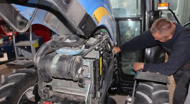 Wymiana filtra i odpowietrzenie układu paliwowego w ciągnikach New Holland