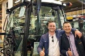 Państwo Jarnutowicz mieli możliwość śledzenia produkcji ich ciągnika T144 Active od momentu rozpoczęcia, aż do jej zakończenia. Adam Jarnutowski (po prawej) i dyrektor sprzedaży w firmie Agrotechnik, Adam Załuski (po lewej), fot. Valtra