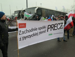 Protestujący rolnicy sprzeciwiają się przyjęciu ustawy o sprzedaży ziemi