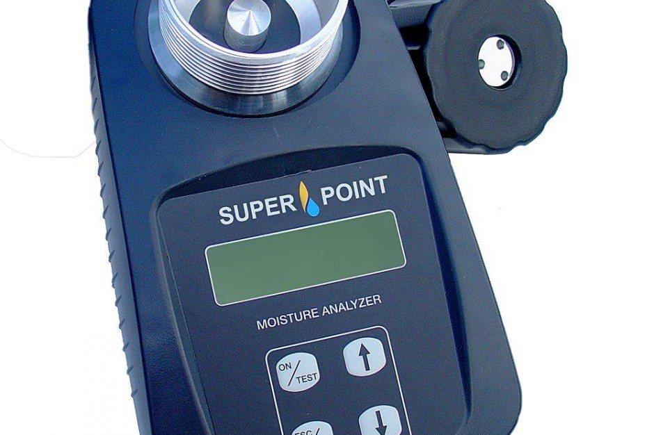 SERAFIN SUPERPOINT  Poręczny wilgotnościomierz pozwalając y na wykonywanie pomiarów metodą pojemnościową w zakresie od 5 do 50 proc. zależnie od rodzaju nasion. Dokładność pomiaru szacuje się na +/- 0,5 proc. Urządzenie wyposażone jest w automatyczną kompensację temperatury i automatyczne wyliczanie średniej z ostatnich czterech pomiarów. Z uwagi na szybką i łatwą obsługę producent poleca ten wilgotnościomierz również do pracy polowej przy kombajnie, koszach przyjęciowych czy magazynach. Wilgotnościomierz jest skalibrowany fabrycznie dla 19 rodzajów nasion. Cena urządzenia to 1680 zł (wszystkie ceny brutto).