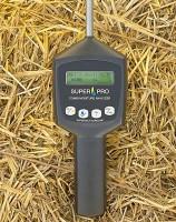 SERAFIN SUPERPRO COMBI  Urządzenie pozwala na cyfrowy odczyt wilgotności oraz temperatury siana, słomy i kiszonki z dokładnością do jednego miejsca po przecinku. Posiada w b u d o w a n ą sondę o długości 50 cm oraz podświetlany wyświetlacz, a średnia wartość pomiaru jest obliczana automatycznie. Zakres pomiaru wilgotności wynosi od 9 do 60 proc. (dokładność +/- 1,5 proc.), a temperatury od -5°C do 70°C s. Za urządzenie zapłacimy 1260 zł.