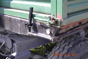 Mechanizm dolnego otwierania lewej burty wraz z klamrą zabezpieczającą