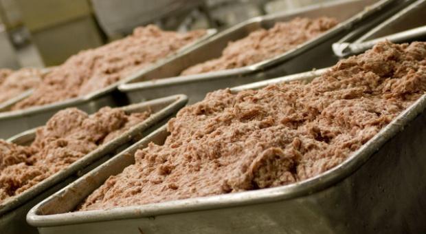 Krajowe rezerwy mięsa wieprzowego uzupełniają konserwami