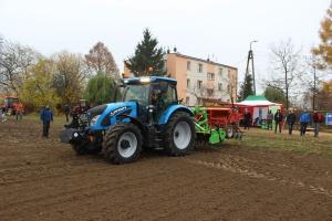 Pokaz nowoczesnej techniki przed uczniami szkoły rolniczej w Korolówce