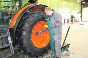 Montaż elementów do ciągników Kubota w Agroma Polsad, fot. Kubota