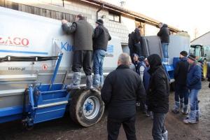 Rolnicy bacznie przyglądali się procesowi mieszania paszy,  fot.Ł.Chmielewski