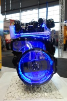 Czterocylindrowy silnik JBC EcoMax bez filtra cząstek stałych, stosowany między innymi w ładowarkach JBC