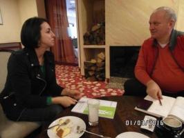 Dobrochna Kucharska podczas rozmowy z handlowcem Osadkowski SA Waldkiem Śmigielskim