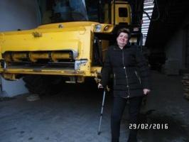 Sabina Matuszkiewicz przy zakupionym przez siebie kombajnie NH